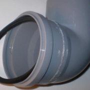 Как вставлять прокладку в канализационную трубу